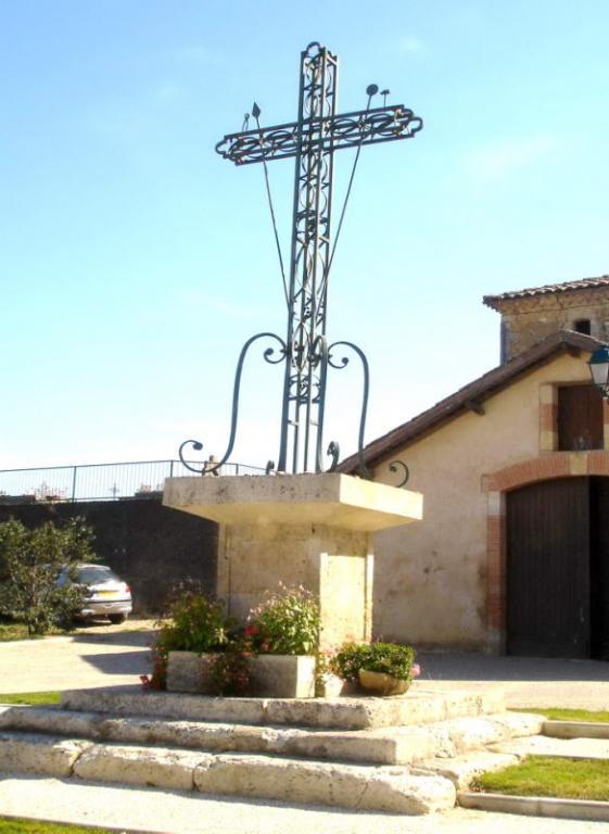 Croix au centre du village
