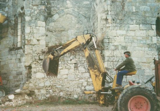 Démolition d'une sacristie ? en ruine