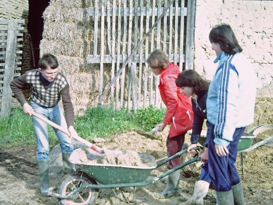 Stage de fabrication de briques de terre crue ou adobe